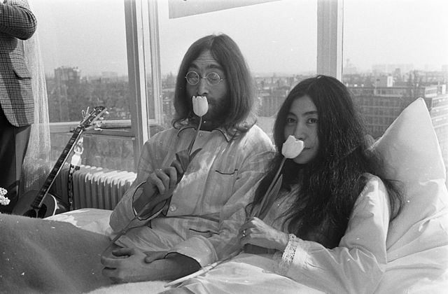 Jonn Lennon and Yoko Ono - In Bed for Peace